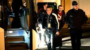 Gudmundur Gudmundsson på vej ud til den sidste bustur hjem fra en slutrunde med Danmark. Betjenten ser ud til at have det skægt... Foto: Lars Poulsen