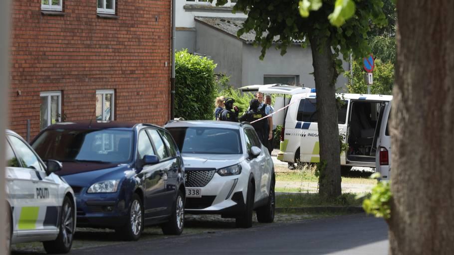 Politiet har arbejdet på adressen hele dagen. Foto: Anders Brohus