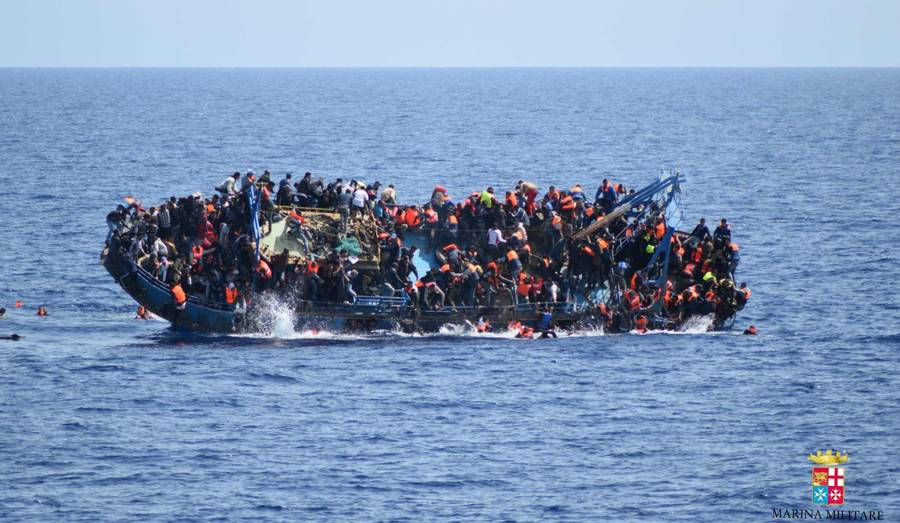Mange afrikanske migranter og flygtninger prøver at komme til Europa ved at sejle over Middelhavet. Foto: AP/Den italienske flåde