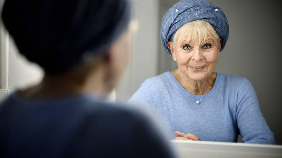 80 årige Lone Hertz Jeg Har Brug For Stadig At Tjene Penge