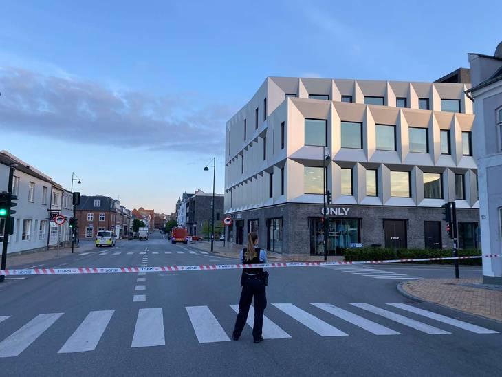Politi i det centrale Middelfart fredag morgen. Foto: Øxenholdt Foto