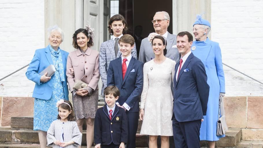 5800dc55 Prins Nikolaj ses her sammen med sin royale familie til lillebror Felix'  konfirmation tidligere i