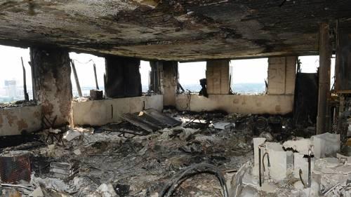 Eksperter mener, at isoleringen i den 24 etagers bygnings ydre beklædning hjalp flammerne med at sprede sig hurtigt. Nogle sagde, at de aldrig havde set et bygnings-brand sprede sig så hurtigt. Foto: Metropolitan Police /  AP