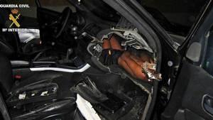 Bilist blev stoppet i rutinekontrol: Hjertelyd fik betjente til at splitte bilen ad
