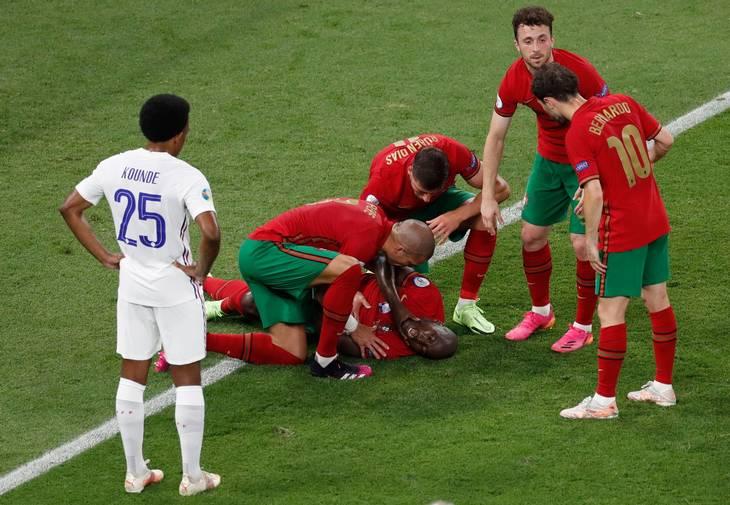 Danilo Pereira er sendt i græsset, og kort efter scorer Ronaldo på straffesparket. Foto: Laszlo Balogh/Ritzau Scanpix