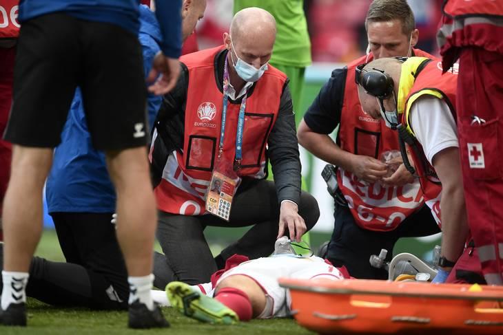 Læger og andre arbejder intenst med liggende Christian Eriksen. Nu har UEFA inviteret seks til finale i London, mens andre føler sig overset. Foto: Lars Poulsen