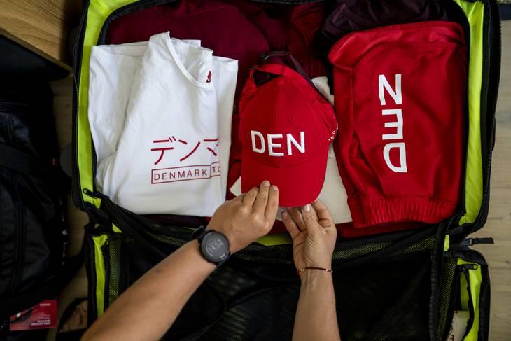 Kufferten er fuld af tøj, der skriger Danmark. Foto: Anthon Unger