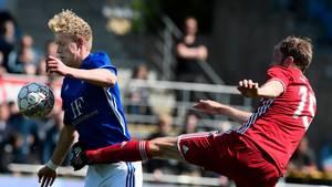 Jens Odgaard med bolden under fuld kontrol i en duel i foråret mod Mikael Antonsson fra FCK i et opgør, som Lyngby vandt med 3-1 over de danske mestre. Foto: Lars Poulsen.