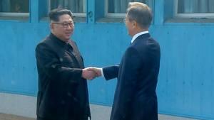 Historisk håndtryk: Nu er Kim Jong-un ankommet til topmøde