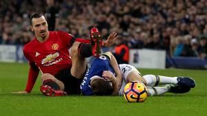 Ibrahimovic rammer Coleman - og slipper for tiltale. (Foto: AP)