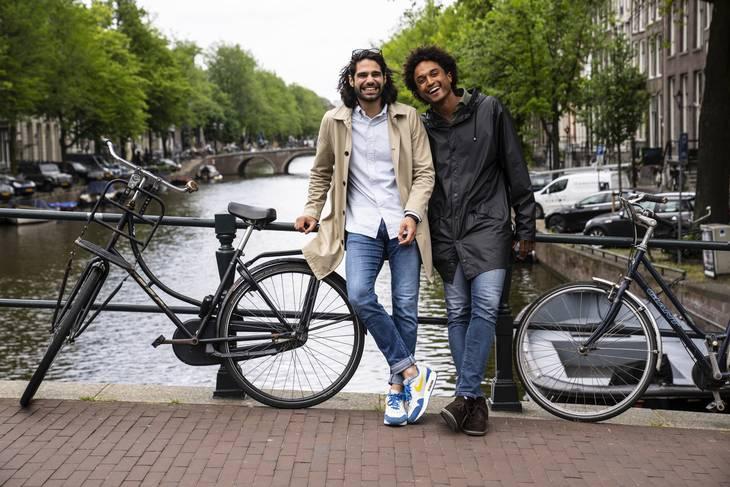 HarnilBainsog QuentinLont på en af de klassiske broer i Amsterdam. Foto: Tariq Mikkel Khan