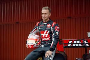 Kevin Magnussen ved mandagens præsentation af den nye Haas-racer. Foto: AP
