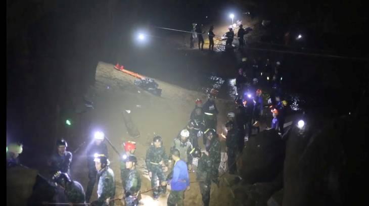 Redningspersonale fra mange forskellige lande kæmpede i dagevis for at få de forsvundne drenge ud af grotten. Foto: Ritzau Scanpix