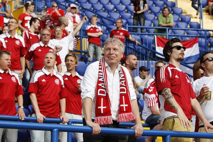 Uffe Elbæk var på plads i Ukraine, selvom Folketinget opfordrede ham til at blive hjemme. Danmark vandt kampen i Khakiv med 1-0 over Holland. Foto: Lars Poulsen