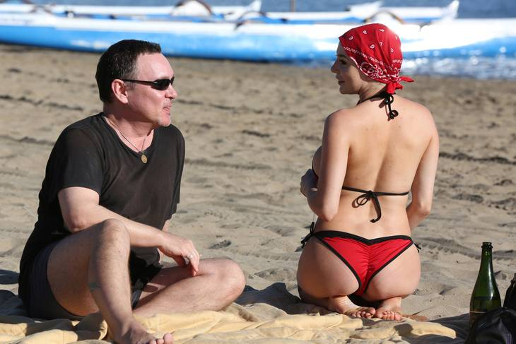 Doug Hutchison og Courtney Stodden på stranden. Foto All Over Press