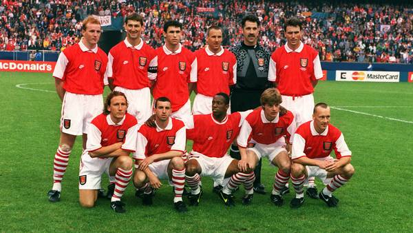 Et brølende stærkt Arsenal-mandskab inden Europa Cup-finalen mod Zaragoza i 1995: John Hartson, Tony Adams, Martin Keown, Paul Merson, David Seaman og Andy Linighan i bageste række. Forrest Ray Parlour, Nigel Winterburn, Ian Wright, Stefan Schwarz og Lee Dixon. Foto: All Over Press