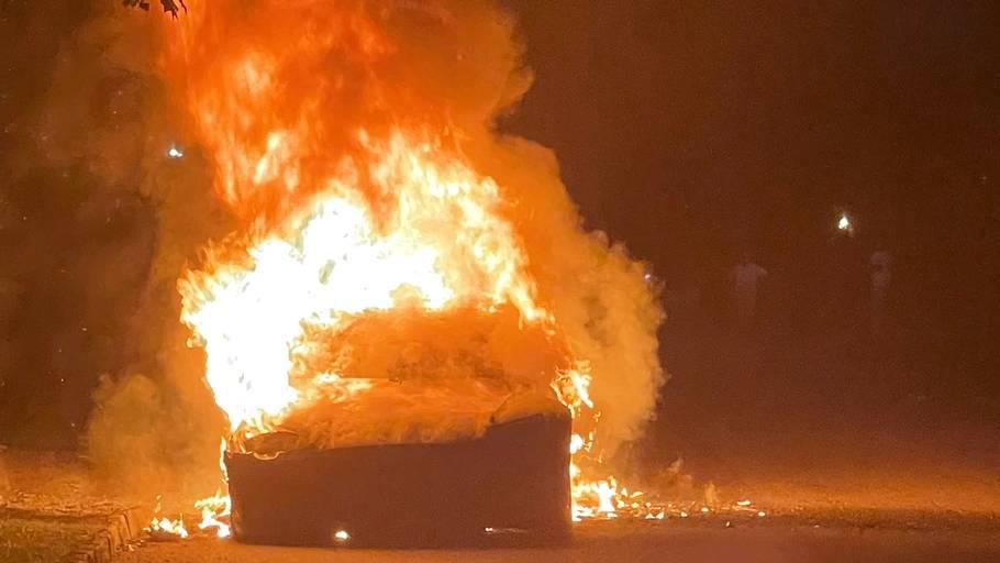 Sådan så det ud, da Teslaen blev omgivet i flammer. Foto: Geragos & Geragos/Ritzau Scanpix