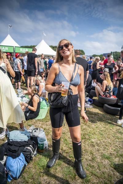 Ultramoderne 170.000 til folkefest: Festede i gummistøvler og bh – Ekstra Bladet AO-47