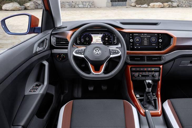 Paneler i forskellige farver kan tilføre kabinen lidt spræl. De digitale instrumenter er ekstraudstyr. Foto: VW