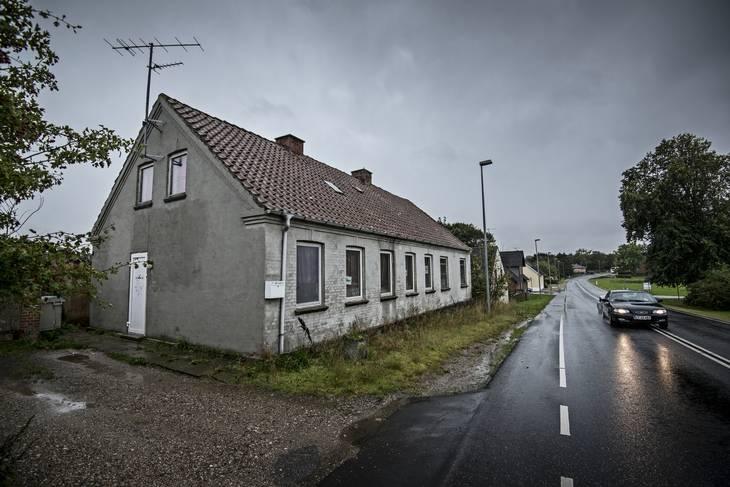 Det er i gamle huse som dette på Hobro Landevej i Tjele ved Viborg, hvor der har været bordeldrift. Det vides ikke, om der stadig er bordeldrift i denne ejendom. Foto Claus Bonnerup