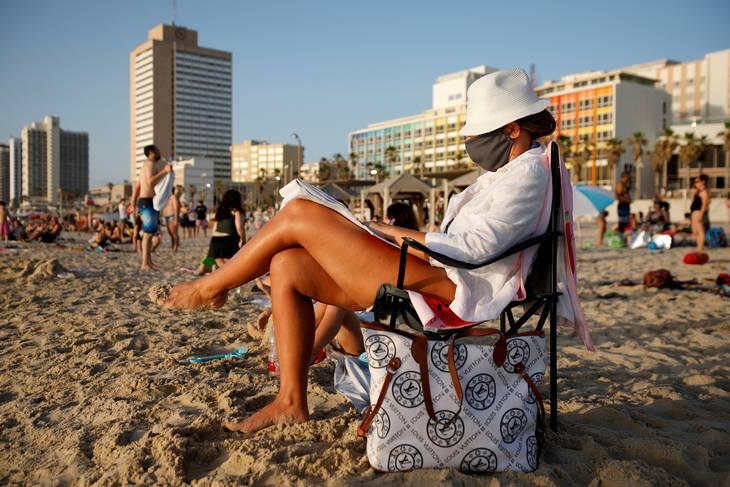 I den israelske hovedstad, Tel Aviv, har myndighederne genindført brugen af mundbind på grund af stigende smitte med Delta-varianten. Foto: Amir Cohen/Ritzau Scanpix