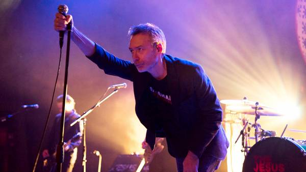 Jim Reid i spidsen for skotske The Jesus and Mary Chain, der kun viste formatet i glimt på Vesterbro. Arkivfoto: All Over