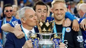 Opbakningen var total, da spillerne, her Christian Fuchs og Kasper Schmeichel, fejrede mesterskabet med deres manager, Claudio Ranieri. Foto: AP