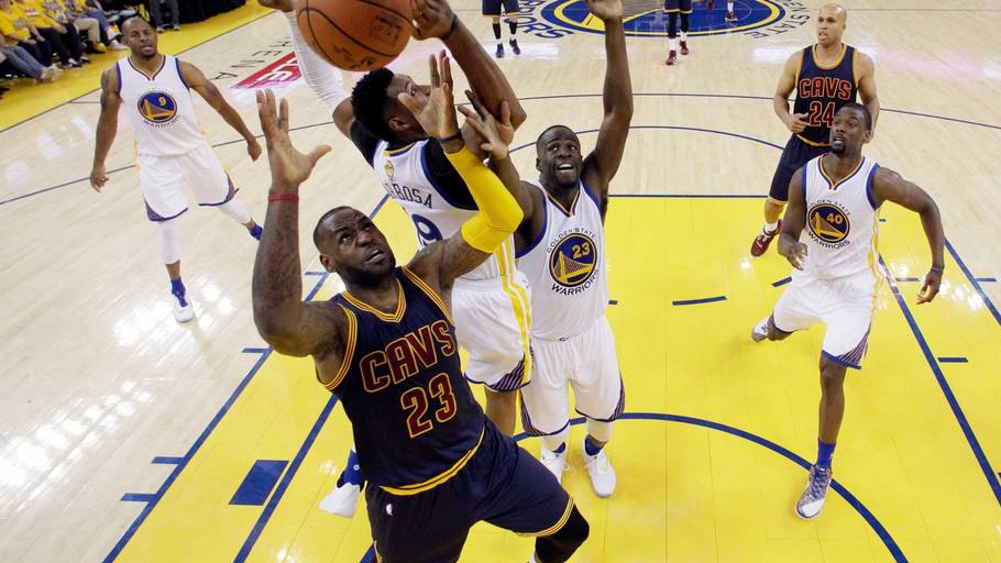 Lebron James og Cleveland Cavaliers smadrede Golden State Warriors med 30 point i finale 3 (Foto: AP)