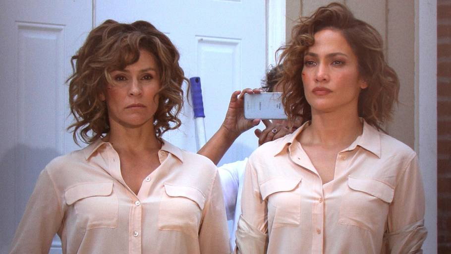 Jennifer Lopez står her sammen med sin stunt-double i tv-serien 'Shades of Blue'. (Foto: All Over Press)