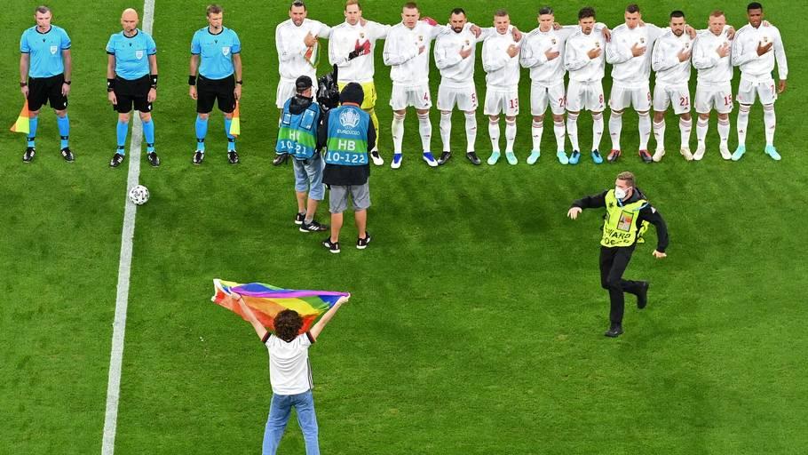 En fan fandt vej på banen med et regnbueflag midt under Ungarns nationalsang. Foto: Matthias Hangst/Ritzau Scanpix