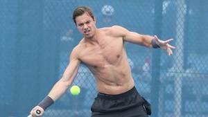 Sascha Bajin ynder at smide trøjen og vise sixpack'en frem, når han sveder på træningsbanen. Foto: All Over Press