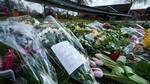 'Søde pige. Hvil i fred', er en af mange bevægende hilsener i den voksende bunke af blomster på ulykkesstedet, hvor den 14-årige blev mindet her til aften. (Foto: Claus Bonnerup)