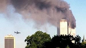 World Trade Center brænder efter det første angreb 11. september 2001. Og fly nummer to er splitsekunder fra sammenstødet. Terroren kostede næsten 3000 menneskeliv og trækker stadig dybe spor. Foto: AP/William Kratzke