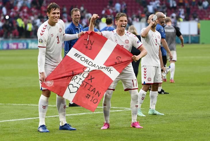 Christian Eriksens holdkammerater på landsholdet har gennem hele turneringen vist enorm støtte og sympati for deres ven. Foto: Lars Poulsen