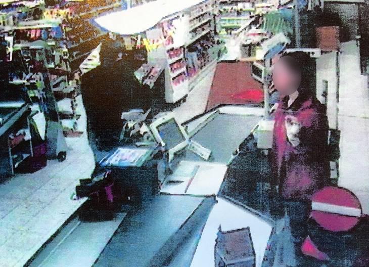 Her begår René Vestergaard et røveri mod Daglibrugsen i Sørbymagle ved Slagelse med et oversavet jagtgevær, en af de mange forbrydelser, han har tilstået. Det går ham på, at den unge kassedame fik psykiske problemer af røveriet, der gav 7700 kr. Politifoto