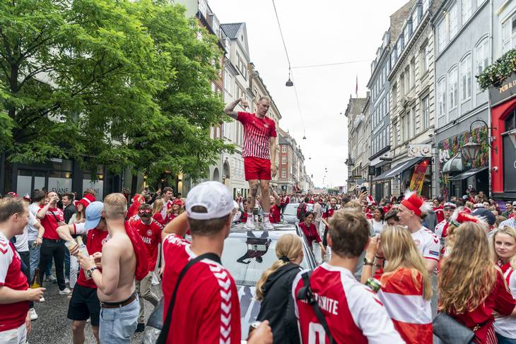 En fodbold fan tog plads på taget af en bil. Foto: Rasmus Flindt Pedersen