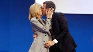 Der var kærlighed i luften på scenen, efter det i aftes stod klart, at Emmanuel Macron ville gå videre til den anden runde i præsidentkampen. Foto: AP