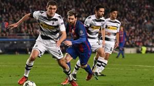 Andreas Christensen - her i kamp mod Messi - skal som udgangspunkt tilbage til Chelsea til sommer, men Borussia Mönchengladbach er meget glade for den danske midtstopper, siger tyskernes sportsdirektør Max Eberl. Foto: AP