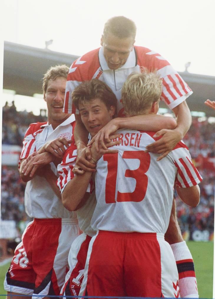 Henrik Larsen har scoret til 1-0 og fejres af holdkammeraterne Kim Vilfort, Brian Laudrup og Torben Piechnik. Foto: Kim Agersten/Ritzau Scanpix