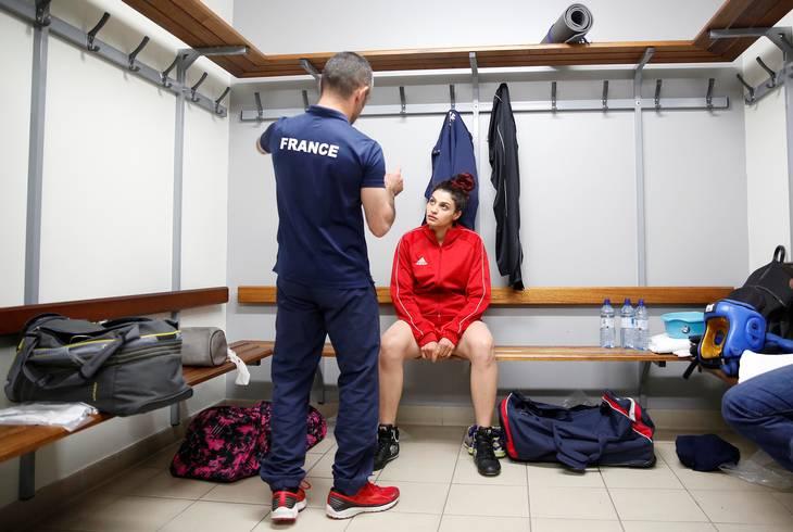 Sadaf Khadem får instrukser af sin træner Mahyar Monshipour, der, ud over trænergerningen, også fungerer som rådgiver for den franske sports-minister. Foto: Stephane Mahe/Ritzau Scanpix