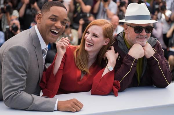 Tidligere på dagen skreg Will Smith af grin, da han poserede for pressen med Jessica Chastain og Pedro Almodovar.(Foto: AP)