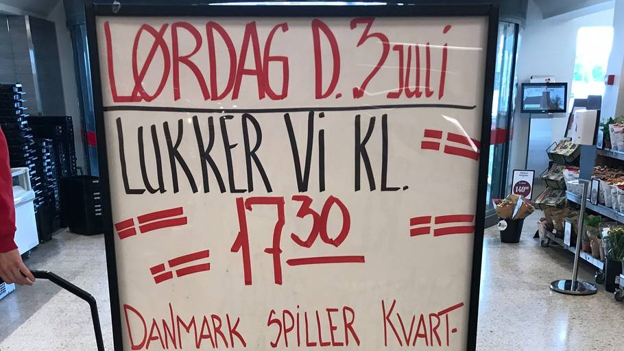 De ansatte i Kvickly i Ry får tidligt, så de kan se Danmark spille mod Tjekkiet. Foto: Privat