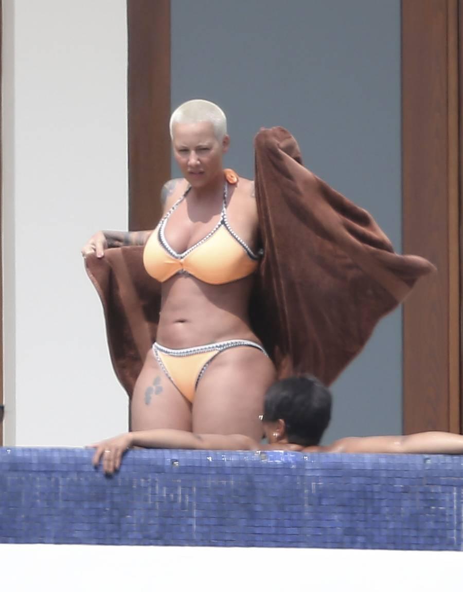 Amber Rose viser her sine 'store lunger' frem. før hun kaster sig ned i en 'hot tub'.(foto: All Over Press)