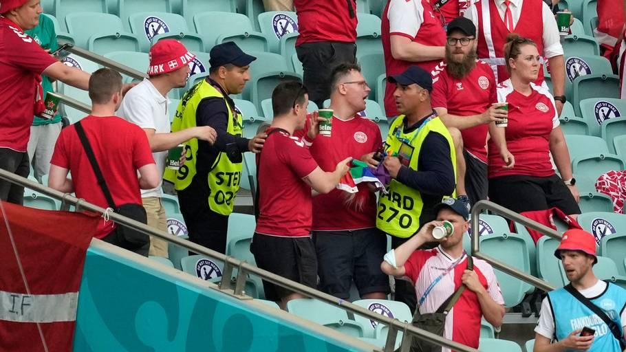 En steward blander sig her, efter at en dansk fan har vist et regnbueflag under landskampen mod Tjekkiet. Foto: Darko Vojinovic