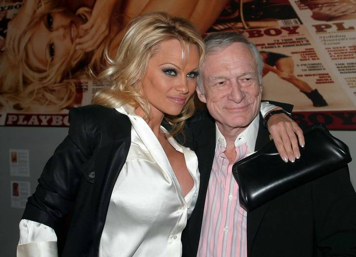 Pamela og med sin mentor, Hugh Hefner. Foto: All OVer Press