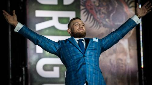 Conor McGregor går til modangreb på en basketball-stjerne, som beder MMA-kæmperen om at smides hans basketball-trøje. Det får McGregor til at give et genialt modsvar. Foto: AP/Christopher Katsarov.