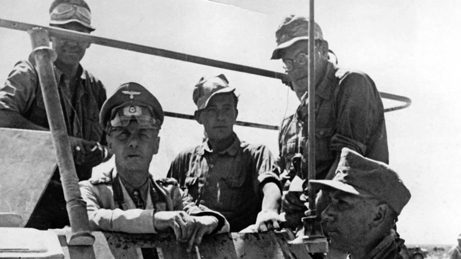 General Erwin Rommel (nummer to fra venstre) opnåede sin største succes med erobringen af Tobruk. Foto: Berliner Verlag/Archic/Ritzau Scanpix