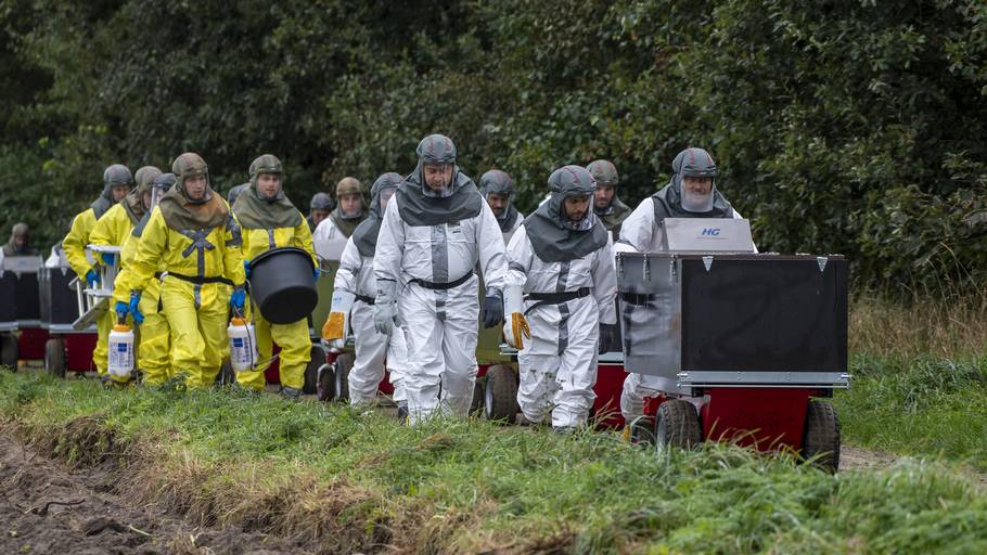 I fuldt sikkerhedsudstyr rykker et hold fra myndighederne her ind på en nordjysk minkfarm i sidste måned. Et uhyggeligt kapløb er nu i gang for at inddæmme den nye coronavirus. Foto: René Schütze