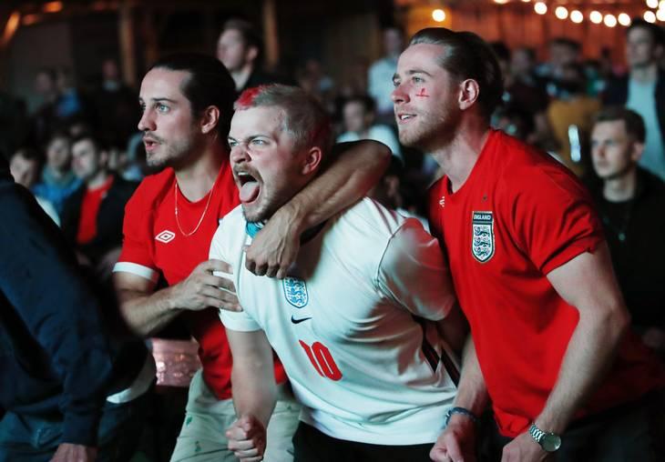 Lettede fans med fart på efter kampen. Denne trio har intet med overfaldet på den danske familie at gøre. Foto: Andrew Boyers/Reuters/Ritzau Scanpix