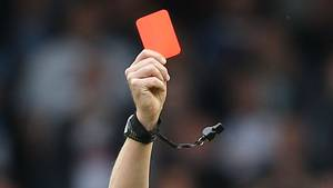 Et rødt kort blev skæbnesvangert for dommer. Foto: All Over